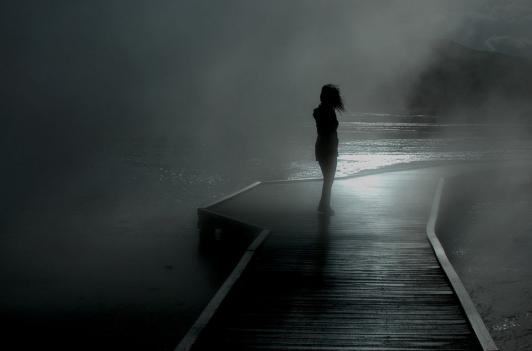 girl-rain-walk_086672